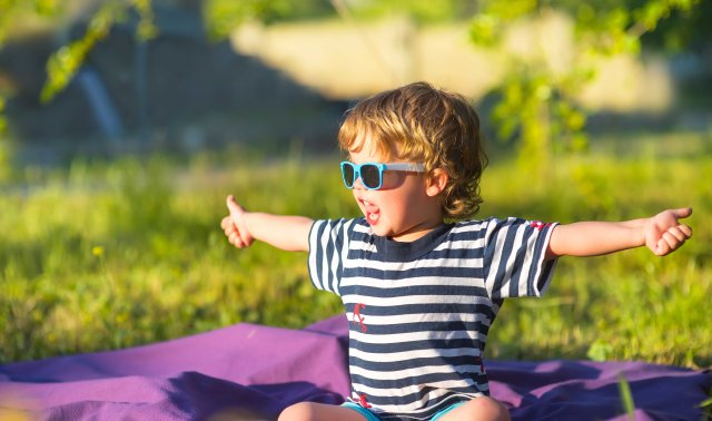 Protect children's eyes from summer sun